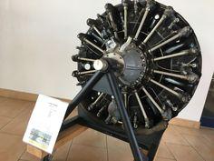 Historisches Exponat: Sternmotor einer Let Z-37 Čmelák (Hummel) im Flughafen Güttin