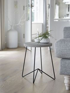 This gorgeous concrete side table is a modern, minimalist design that embraces industrial materials in a way that is elegant and even a little feminine. Nordic Furniture, Scandinavian Furniture, Nordic Living Room, Black Side Table, Small Side Tables, Side Tables Bedroom, Concrete Table, Concrete Art, Decoration