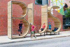 Cette installation BUS est un arrêt de bus évident ! Trois grandes sculptures comme celle-ci ont été installées un peu partout dans la ville de Baltimore. Créées par mmmm…, ces lettres gigantesques font chacune 4,3m de haut pour 2,1m de large. BUS est un endroit idéal pour profiter, interagir et rencontrer en attendant le bus. C'est un espace de loisir au milieu du rythme de la ville. Un lieu sympa et reposant pour attendre un bus. Les installations sont faites de bois et d'acier.