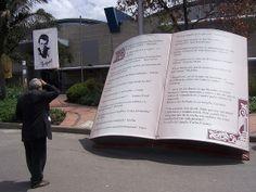 """Juansemo  --  Librote  --  Libros gigantes que adornan la Feria no por su gran tamaño sino por las frases escritas por grandes autores a lo largo de la historia universal.  (El señor seguramente se estaba reflexionando, """"pero si yo recordaba que esa frase era de Holguín Sardí ala!!!)"""