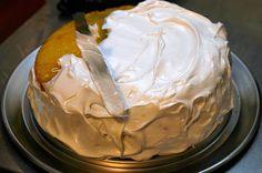 Lemon Layer Cake + Seven Minute frosting {Smitten Kitchen} Lemon Curd Cake, Lemon Curd Filling, Vanilla Cake, One Layer Cakes, Lemon Layer Cakes, Lemon Cakes, Frosting Recipes, Cake Recipes, Dessert Recipes