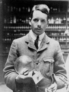 Henry Moseley, Physicist Died at age at the Battle of Gallipoli Would have been a shoo-in for the Nobel Prize. Used X-ray spectroscopy to prove the theory of atomic numbers; predicted two undiscovered elements (technetium, promethium). Ernest Rutherford, Science Gallery, Atomic Number, Killed In Action, Isaac Asimov, 23 November, Mystery Of History, Quantum Mechanics, Military Service