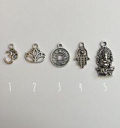 Gestalten Sie Ihren eigenen Charm Halskette aus unserer Kollektion Hippie/spirituelle :)  Was erhalten Sie: ↞ 1 Hippie/spirituelle Charme auf Ihre gewünschten Stil Halskette & gewünschte Länge! ↞ 1 kleines Geschenk Beutel ideal für Geschenke  Charme: (1) Ohm 2. lotus 3. chinesische Münze 4. Hamsa 5. Ganesha  Stile der Ketten: ↞ Dauerhaft schwarz Kautschukband ↞ Zierliche Silber farbigen Kette Halskette  Maße: ↞ Choker = 13,5 mit 2 Extender Kette ↞ halber Länge = 18 mit...