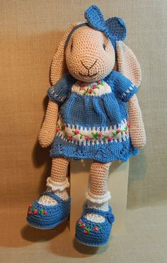 Marion P. Wat is ze toch leuk Willenein. Patroon komt van Aminettes World Ook het (basis patroon) jurkje en de schoentjes. De onderkant van het jurkje is een ajour rand genaamd Horseshoe stitch zie www.joannesweb.com