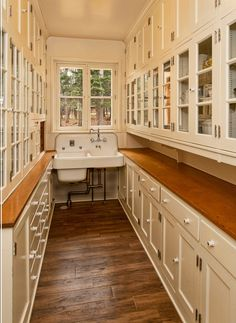 45 Gorgeous Walk-In Kitchen Pantry Ideas (Photos) This is an exceptionally clutter-free walk-in pantry, with nothing on the wooden counters. Everything is concealed inside the cabinets. The double washbasin near the window adds a traditional touch. Kitchen Pantry Design, New Kitchen, Kitchen Decor, Kitchen Pantries, Kitchen Storage, Kitchen Ideas, Pantry Storage, Pantry Organization, Kitchen Themes
