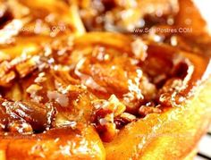 Torta 80 golpes o torta húngara  Consiste en una torta que se elabora con levadura y está formada por muchos rollitos rellenos con nueces, almendras y pasas.