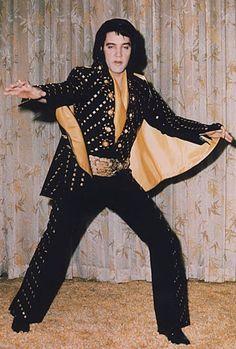Elvis backstage at the Hilton posing to show his new suit in january Elvis Presley Images, Las Vegas, Elvis In Concert, Family Photo Album, Priscilla Presley, Star Pictures, Graceland, Black Jumpsuit, Rock Style