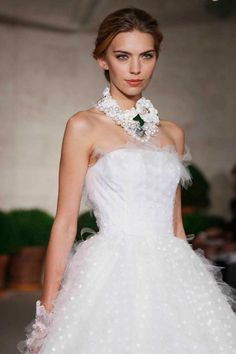 Oscar De La Renta wedding gown. Sharing from The Louvre Bridal Singapore (www.thelouvrebridal.com)