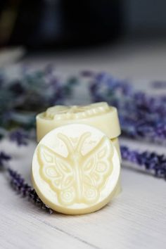 This DIY lotion bar recipe is simple and easy to make. It's made using natural ingredients and is certain to help with dry skin. Just add in a few essential oils and create a soothing cocoa butter recipe for your soap that your skin is really going to love. It will help to stop the itching and feeling of dry skin as well. Great for your own use at home but also a great DIY gift idea for all your family and friends as well. #essentialoils #lotionbar #cocoabutter #natural Diy Lotion, Lotion Bars, Diy Beauty, Pure Beauty, Natural Beauty, Homemade Gifts, Homemade Beauty, Lotion Recipe, Diy Gifts For Friends