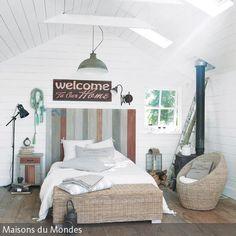 Sein Schlafzimmer maritim zu gestalten ist gar nicht schwer: Küstenambiente erschafft man durch helle Deko in Meeresfarben und Möbeln aus sanften natürlichen …