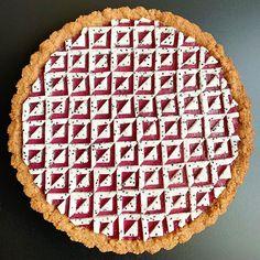 Blackberry curd tart with a pecan crust and dragon fruit tiles Pie Crust Designs, Pie Kitchen, Pies Art, Foto E Video, Pecan, Blackberry, Baking, Fruit, Desserts