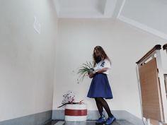 Просто одинокое синее платье и растение