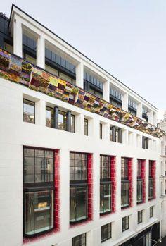 Fachada de edificio en la plaza Piccadilly de Londres decorada con piezas cerámicas del artista Richard Deacon. photos Dirk Lindner