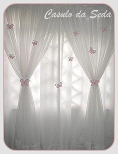 Um dos acessórios mais usados e indispensáveis em toda decoração de quarto infantil são as cortinas, pois proporcionam um ambiente de conforto e um ar mais aconchegante. Neste modelo com tecido voil ficam mais lindas e delicadas, decoradas com abraçadeiras e broches de borboletas. http://casulodaseda.blogspot.com.br