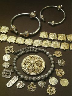 The Vikings sailed in search of wealth, land, and better lives. Medieval Jewelry, Viking Jewelry, Ancient Jewelry, Antique Jewelry, Viking Garb, Viking Reenactment, Images Viking, Iron Age, Eslava