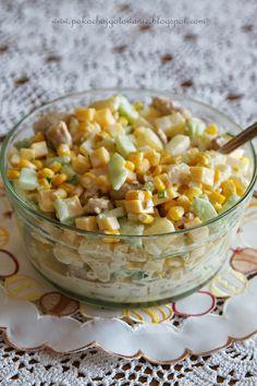 Składniki: - 1 podwójny filet z kurczaka - 1 puszka krojonego ananasa - 1 puszka kukurydzy - 1 średni ogórek szklarniowy - ok. 250g żół...