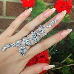 Nothing better than bling on the middle finger. Hand Jewelry, Cute Jewelry, Body Jewelry, Jewelry Accessories, Jewelry Design, Unique Jewelry, Jewelry Rings, Full Finger Rings, Ring Verlobung
