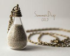 Collana lunga, elegante e minimal.  Collana con catenina in bronzo e ciondolo con un *bulbo in vetro* contenente perline della dimensione della sa...
