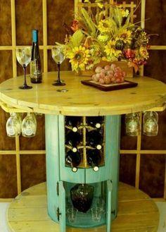table en touret avec espace de rangement pour les bouteilles de vin et les verres, décoration de fleurs
