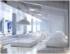 Gezien in Spa Zuiver: franje gordijn als room divider. Toch wel een goed idee? En of, aan de muur re akoestiek?