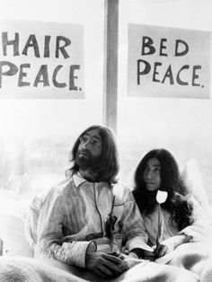 John Lennon and Wife Yoko Ono Having Weeks Love in Their Room at the Hilton Hotel, Amsterdam - Fotografiskt tryck på AllPosters.se