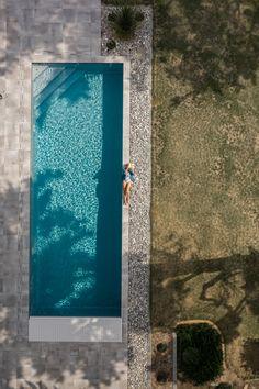 Piscine 11 x 4 mètres Escalier d'angle Liner gris clair couverture immergée Liner Gris, Voici, Architecture, Night, Artwork, Design, Rectangle Pool, Pools, Pebble Stone