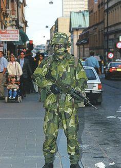 Svensk soldat i uniform m/90 på Åsögatan i Stockholm 1996 och standardvapnet Ak 5. Foto Lasse Sjögren.