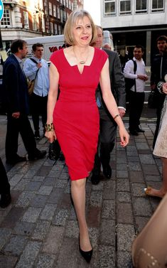 Theresa May wears a red fitted dress to the Royal Academy Summer Exhibition Private View in June 2013 Theresa May, Over 50 Womens Fashion, Fashion Over 50, Fashion 2016, Fashion Women, Summer Work Dresses, 50s Outfits, Work Outfits, Advanced Style