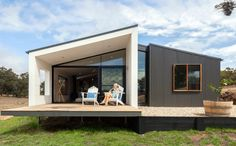 This time we will tell you about some of the advantages of prefabricated houses you must know. Advantages of Prefabricated Houses: Rapid Construction. It is without a doubt, the greatest advantage of prefabricated houses. Modern Modular Homes, Prefab Modular Homes, Prefabricated Houses, Prefabricated Structures, Modular Housing, Prefab Tiny Houses, Affordable Prefab Homes, Modular Home Designs, Cheap Modular Homes