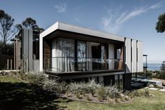 Australian based firm Megowan Architectural, have recently completed a new and modern house in the seaside suburb of Mount Eliza. Interior And Exterior Angles, Architecture Résidentielle, Modern Coastal, Contemporary Interior Design, Pool Houses, Architect Design, House Styles, Architectural Photography, Victoria Australia