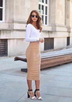 jupe moulante en couleur caramel, longueur sous les genoux, top blanc moulant aux manches longues, sandales en noir, blanc et caramel, look du jour, tenue casual