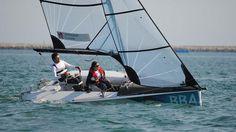 Andare per mare.  (Velisti in regata alle Paralimpiadi: comandi sui sedili, sulle maniglie e sui pedali).