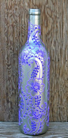 Botella de vino pintada mano florero, por ciclos, plata y púrpura  Cuando la vida te da un montón de botellas vacías de vino, hacer bonitos jarrones! He pintado esta botella de vino con un patrón de estilo henna tradicional. Un cliente de Etsy pidió una botella de vino personalizada de púrpura y de plata, y me encantó la manera resultó! Por lo tanto, aquí es :)  Utilice estos jarrones reciclados de botella de vino para añadir un toque único a tu cocina, mesita de noche dormitorio o mesa de…
