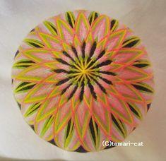 てまり「菊」黒地 桃花 10cm 手まり 手毬 手鞠|その他インテリア雑貨|てまり - ねこ|ハンドメイド通販・販売のCreema