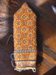 Ravelry: Vidzeme, Bauni by Maruta Grasmane. Crochet Mittens, Mittens Pattern, Fingerless Mittens, Knitted Slippers, Knitted Gloves, Knitting Charts, Knitting Socks, Hand Knitting, Knitting Patterns