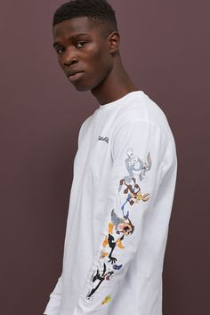 Long-sleeved top in printed cotton jersey with ribbed cuffs. Looney Tunes, Mexican Outfit, Hoodie Outfit, Jersey Shirt, Fashion Company, Retro, Long Sleeve Tops, Mens Fashion, Sleeves