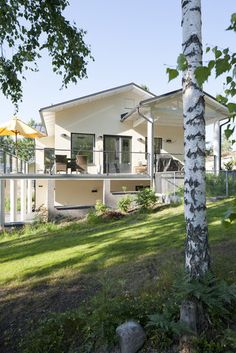 Aurinkoinen terassi rinnetalossa, lisää ideoita www.lammi-kivitalot.fi