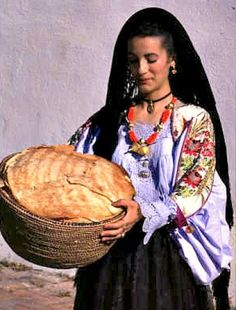 Pane carasau (carta musica) is a delicious paper thin crisp bread from Sardinia. Dipped in olive oil. and used in many dishes or just plain with a glass of wine Italian Cooking, Italian Recipes, Sardinia Food, Culture Of Italy, Cruise Italy, Crisp Bread, Our Daily Bread, People Of The World, Freshly Baked