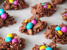 Easy three ingredient chocolate baskets that will look super cute with easter. Easter Recipes, Dessert Recipes, Desserts, Brunch, Chocolate Easter Nests, Italian Easter Bread, High Tea, Happy Easter, Chocolate Baskets