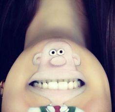 Top 15 des personnages de cartoon dessinés sur la bouche de Laura Jenkinson, on s'occupe comme on peut…