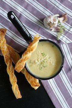 Zupa-krem z cebuli z paluchami z ciasta francuskiego – FitSweet Lactose Free, Gluten Free, Cheeseburger Chowder, Ramen, Good Food, Food And Drink, Low Carb, Eat, Cooking