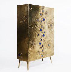 AD Collections, les pieces Erwan Boulloud, buffet Rosanna, chêne et laiton incrusté de lapis-lazuli.