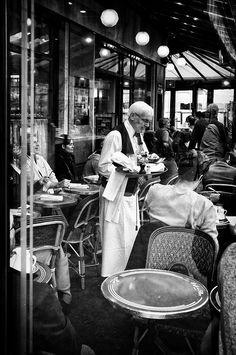 Vintage Cafe, Vintage Italy, Vintage Paris, Paris Street Cafe, Parisian Cafe, Black And White Prints, Black And White Pictures, Old Photos, Vintage Photos