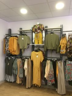 Visual Merchandiser, styling and still life designs Boutique Store Displays, Clothing Store Displays, Clothing Store Design, Clothing Boutique Interior, Boutique Decor, Vitrine Design, Visual Merchandising Displays, Retail Store Design, Retail Interior