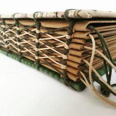 Ouça o sussurro das asas dos anjos Handmade Notebook, Handmade Journals, Handmade Books, Bookbinding Tools, Bookbinding Tutorial, Book Binding Design, Book Design, Leather Books, Book Projects