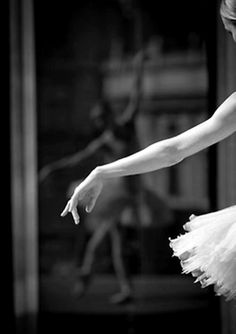 Image discovered by Chelsie. Find images and videos about black and white, dance and ballet on We Heart It - the app to get lost in what you love. Shall We Dance, Just Dance, Dance Like No One Is Watching, Dance Movement, Ballet Photography, Mirror Photography, Ballet Beautiful, Beautiful Hands, Pretty Hands