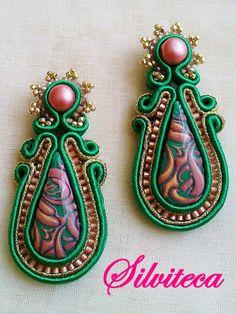 Pendientes soutache en verde esmeralda, oro y rosa chicle | Silviteca - Bisuteria y complementos Soutache Earrings, Drop Earrings, Diy Jewelry, Beaded Jewelry, Bead Art, Shibori, Polymer Clay, Brooch, Beads
