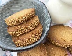 Galletas de tahini y sésamo Tahini, Cookies Receta, My Dessert, Hot Dog Buns, Hamburger, Bread, Desserts, Food, Vegetarian