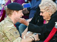 El Príncipe Harry se despide de Australia entre besos, cariños y una propuesta de matrimonio