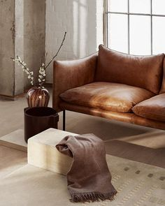 Se Tiki sofa, puff og stol fra Fogia her Living Room Sofa, Living Room Interior, Interior Livingroom, Simple Sofa, Beautiful Space, Sofa Furniture, Interiores Design, Scandinavian Design, Slipcovers